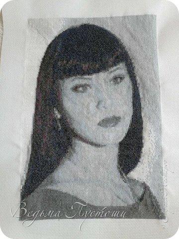 Схему сделала на сайте http://crosti.ru/, больше делать там не буду. Но и заказать тоже не знаю у кого или в какой программе сделать.(Чтобы проверено качество было)  Хотела сделать потрет мамы, но решила начать со своего, все равно не жалко. Все таки для третей работы - сразу портрет - мощно. Вешать все равно никуда не буду, уберу в шкаф, но для пробы -более чем, довольна. Заодно проверила маркер смывающийся, на глазах отошел в холодной воде. Читала много отзывов, что спустя долгое время может не отойти. По разным причинам, работа откладывалась, закончила спустя 5 месяцев, и маркер справился со своей работой. фото 2
