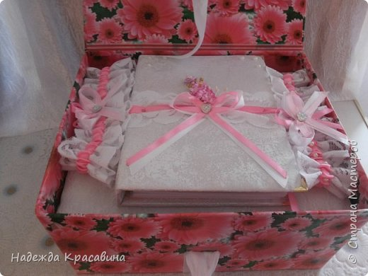 Всем привет! В предыдущем посте я показала большой свадебный набор. Теперь я хочу показать упаковку для того самого набора. Поскольку молодые будут хранить всю жизнь памятные вещи со свадьбы, нужно было их как-то упаковать. И вот что получилось фото 4