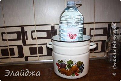 Для засолки нам понадобится: Грибы, соль 2 ст. л , чеснок 2 головки, петрушка- пучек, корень хрена . Для отваривания грибов кастрюли и  для гнета - я использую 5-ти литровую банку воды. фото 7