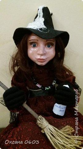 Куколка выполнена в смешанной технике.В основе шарнирный каркас, который делает куклу гибкой и пластичной.Сапожки слеплены и покрашены акриловой краской. Тело мягкое, ручки/ножки подвижны сгибаются. Пальчики тоже сгибаются. Ведьмочка уверенно держится на метле, благодаря нескольким точкам крепления.Однако можно и просто посадить её. Размер около 40 см. фото 5