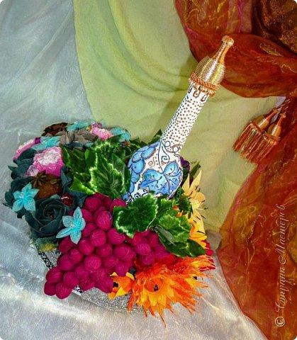"""Закончился прием работ в ОСЕННЮЮ ИГРУ в свите, объявленную здесь http://stranamasterov.ru/node/1045629. Представляю вашему вниманию работу, присланные в 1-ю тему. Оформление кофе, чая, бутылки, коробки конфет, подарочных наборов, полотенец, сувениров и любых других подарков с использованием винограда. Виноград может быть выполнен из конфет, из конфетных цветов и пр. Принимаются в игру работы с использованием декоративного винограда. Но в этом случае - декоративный виноград должен играть важную и/или заметную роль. Т.е. убрав его - работа потеряет оригинальность, изюминку, смысл, важный элемент и т.д.   Работа №1. Романтический пикник   Вот только представьте себе: вы идете по узкой тропке вдоль могучих старых деревьев, среди высоких шелковистых трав, которые мерно раскачиваясь от каждого дуновения легкого ветерка, приятно щекочут ваши ноги. Травы усеяны яркими радужными точками цветущих полевых цветов, а вокруг них – жужжат шмели в изящных черно-желтых меховых куртках. И бабочки порхают в поисках сладкой пыльцы… И рядом с вами идет любовь всей вашей жизни. А вместе вы ищете место для романтического, ошеломляющего, удаленного и уединенного, удивительного пикника только для двоих. Вы идете, рука об руку к романтическому лугу, посреди которого растет одинокое дерево с густыми, широкими, тенистыми ветвями. Это место – совершенно идеально для настоящего романтического пикника, щедро сдобренного вашей искренней любовью.  Состав материалов: картон, ткань х\б, сухие ветки ивы, гофробумага, тесьма, декоративный м-л, проволка. Состав конфет: """"Шарлет"""" 500гр, """"Марсианка"""" 6шт, """"Вулкан"""" 3шт.  фото 14"""
