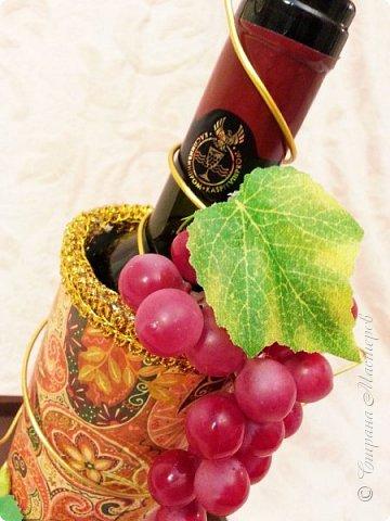 """Закончился прием работ в ОСЕННЮЮ ИГРУ в свите, объявленную здесь http://stranamasterov.ru/node/1045629. Представляю вашему вниманию работу, присланные в 1-ю тему. Оформление кофе, чая, бутылки, коробки конфет, подарочных наборов, полотенец, сувениров и любых других подарков с использованием винограда. Виноград может быть выполнен из конфет, из конфетных цветов и пр. Принимаются в игру работы с использованием декоративного винограда. Но в этом случае - декоративный виноград должен играть важную и/или заметную роль. Т.е. убрав его - работа потеряет оригинальность, изюминку, смысл, важный элемент и т.д.   Работа №1. Романтический пикник   Вот только представьте себе: вы идете по узкой тропке вдоль могучих старых деревьев, среди высоких шелковистых трав, которые мерно раскачиваясь от каждого дуновения легкого ветерка, приятно щекочут ваши ноги. Травы усеяны яркими радужными точками цветущих полевых цветов, а вокруг них – жужжат шмели в изящных черно-желтых меховых куртках. И бабочки порхают в поисках сладкой пыльцы… И рядом с вами идет любовь всей вашей жизни. А вместе вы ищете место для романтического, ошеломляющего, удаленного и уединенного, удивительного пикника только для двоих. Вы идете, рука об руку к романтическому лугу, посреди которого растет одинокое дерево с густыми, широкими, тенистыми ветвями. Это место – совершенно идеально для настоящего романтического пикника, щедро сдобренного вашей искренней любовью.  Состав материалов: картон, ткань х\б, сухие ветки ивы, гофробумага, тесьма, декоративный м-л, проволка. Состав конфет: """"Шарлет"""" 500гр, """"Марсианка"""" 6шт, """"Вулкан"""" 3шт.  фото 27"""