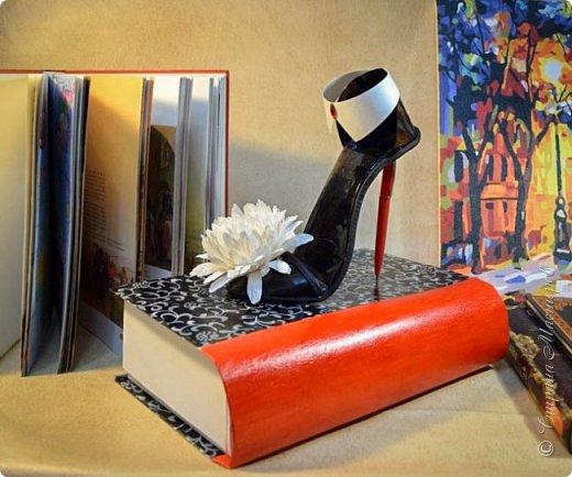 """Тема №3. В игру принимались одна или пара сладкой обуви. Количество конфет на одной туфельке от 1 до 5 шт. Туфелька может быть сама по себе, на подставке, в комплекте, на торте и т.д.   Работа №1.  """"Леди Строгость""""   Осень - прекрасное время года, но и начало учебного года! Думаю, вам понравиться вот такая туфелька - леди """"Строгость"""" в преддверии праздника """"День учителя"""".    Меня учили многие – И добрые и строгие; А строгих не любил. Меня учили многие, А выучили строгие И вышло, что в итоге Я Всех добрых позабыл. И памятью представлены Лишь хмурые наставники ( глаза холодноватые и редкие черты). Светло и прямо жившие, Сурово мне внушившие законы доброты! (Законы доброты, Марк Вейдман)  Конфеты: """"Марсианка""""- 6 шт. в хризантемах, 9 шт. """"чаевые"""" в коробке, 20 шт. чая """"TESS"""".   фото 2"""