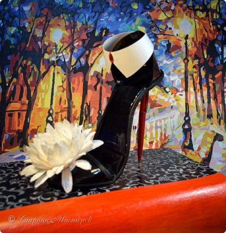 """Тема №3. В игру принимались одна или пара сладкой обуви. Количество конфет на одной туфельке от 1 до 5 шт. Туфелька может быть сама по себе, на подставке, в комплекте, на торте и т.д.   Работа №1.  """"Леди Строгость""""   Осень - прекрасное время года, но и начало учебного года! Думаю, вам понравиться вот такая туфелька - леди """"Строгость"""" в преддверии праздника """"День учителя"""".    Меня учили многие – И добрые и строгие; А строгих не любил. Меня учили многие, А выучили строгие И вышло, что в итоге Я Всех добрых позабыл. И памятью представлены Лишь хмурые наставники ( глаза холодноватые и редкие черты). Светло и прямо жившие, Сурово мне внушившие законы доброты! (Законы доброты, Марк Вейдман)  Конфеты: """"Марсианка""""- 6 шт. в хризантемах, 9 шт. """"чаевые"""" в коробке, 20 шт. чая """"TESS"""".   фото 1"""