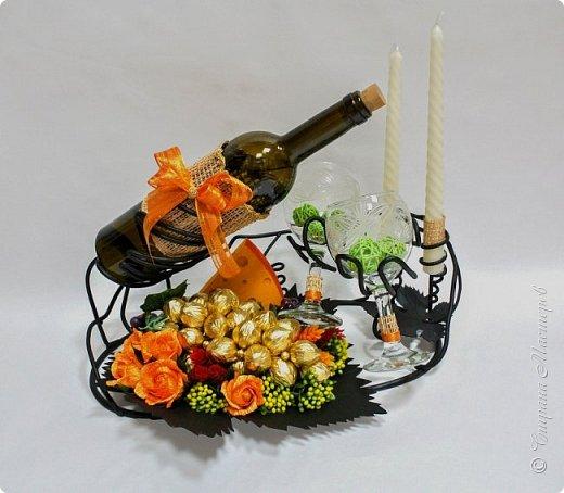 """Закончился прием работ в ОСЕННЮЮ ИГРУ в свите, объявленную здесь http://stranamasterov.ru/node/1045629. Представляю вашему вниманию работу, присланные в 1-ю тему. Оформление кофе, чая, бутылки, коробки конфет, подарочных наборов, полотенец, сувениров и любых других подарков с использованием винограда. Виноград может быть выполнен из конфет, из конфетных цветов и пр. Принимаются в игру работы с использованием декоративного винограда. Но в этом случае - декоративный виноград должен играть важную и/или заметную роль. Т.е. убрав его - работа потеряет оригинальность, изюминку, смысл, важный элемент и т.д.   Работа №1. Романтический пикник   Вот только представьте себе: вы идете по узкой тропке вдоль могучих старых деревьев, среди высоких шелковистых трав, которые мерно раскачиваясь от каждого дуновения легкого ветерка, приятно щекочут ваши ноги. Травы усеяны яркими радужными точками цветущих полевых цветов, а вокруг них – жужжат шмели в изящных черно-желтых меховых куртках. И бабочки порхают в поисках сладкой пыльцы… И рядом с вами идет любовь всей вашей жизни. А вместе вы ищете место для романтического, ошеломляющего, удаленного и уединенного, удивительного пикника только для двоих. Вы идете, рука об руку к романтическому лугу, посреди которого растет одинокое дерево с густыми, широкими, тенистыми ветвями. Это место – совершенно идеально для настоящего романтического пикника, щедро сдобренного вашей искренней любовью.  Состав материалов: картон, ткань х\б, сухие ветки ивы, гофробумага, тесьма, декоративный м-л, проволка. Состав конфет: """"Шарлет"""" 500гр, """"Марсианка"""" 6шт, """"Вулкан"""" 3шт.  фото 43"""