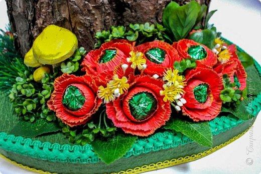 """Тема №3. В игру принимались одна или пара сладкой обуви. Количество конфет на одной туфельке от 1 до 5 шт. Туфелька может быть сама по себе, на подставке, в комплекте, на торте и т.д.   Работа №1.  """"Леди Строгость""""   Осень - прекрасное время года, но и начало учебного года! Думаю, вам понравиться вот такая туфелька - леди """"Строгость"""" в преддверии праздника """"День учителя"""".    Меня учили многие – И добрые и строгие; А строгих не любил. Меня учили многие, А выучили строгие И вышло, что в итоге Я Всех добрых позабыл. И памятью представлены Лишь хмурые наставники ( глаза холодноватые и редкие черты). Светло и прямо жившие, Сурово мне внушившие законы доброты! (Законы доброты, Марк Вейдман)  Конфеты: """"Марсианка""""- 6 шт. в хризантемах, 9 шт. """"чаевые"""" в коробке, 20 шт. чая """"TESS"""".   фото 45"""