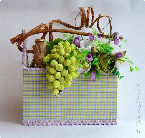 """Закончился прием работ в ОСЕННЮЮ ИГРУ в свите, объявленную здесь http://stranamasterov.ru/node/1045629. Представляю вашему вниманию работу, присланные в 1-ю тему. Оформление кофе, чая, бутылки, коробки конфет, подарочных наборов, полотенец, сувениров и любых других подарков с использованием винограда. Виноград может быть выполнен из конфет, из конфетных цветов и пр. Принимаются в игру работы с использованием декоративного винограда. Но в этом случае - декоративный виноград должен играть важную и/или заметную роль. Т.е. убрав его - работа потеряет оригинальность, изюминку, смысл, важный элемент и т.д.   Работа №1. Романтический пикник   Вот только представьте себе: вы идете по узкой тропке вдоль могучих старых деревьев, среди высоких шелковистых трав, которые мерно раскачиваясь от каждого дуновения легкого ветерка, приятно щекочут ваши ноги. Травы усеяны яркими радужными точками цветущих полевых цветов, а вокруг них – жужжат шмели в изящных черно-желтых меховых куртках. И бабочки порхают в поисках сладкой пыльцы… И рядом с вами идет любовь всей вашей жизни. А вместе вы ищете место для романтического, ошеломляющего, удаленного и уединенного, удивительного пикника только для двоих. Вы идете, рука об руку к романтическому лугу, посреди которого растет одинокое дерево с густыми, широкими, тенистыми ветвями. Это место – совершенно идеально для настоящего романтического пикника, щедро сдобренного вашей искренней любовью.  Состав материалов: картон, ткань х\б, сухие ветки ивы, гофробумага, тесьма, декоративный м-л, проволка. Состав конфет: """"Шарлет"""" 500гр, """"Марсианка"""" 6шт, """"Вулкан"""" 3шт.  фото 1"""