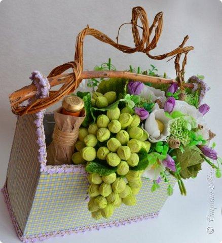 """Закончился прием работ в ОСЕННЮЮ ИГРУ в свите, объявленную здесь http://stranamasterov.ru/node/1045629. Представляю вашему вниманию работу, присланные в 1-ю тему. Оформление кофе, чая, бутылки, коробки конфет, подарочных наборов, полотенец, сувениров и любых других подарков с использованием винограда. Виноград может быть выполнен из конфет, из конфетных цветов и пр. Принимаются в игру работы с использованием декоративного винограда. Но в этом случае - декоративный виноград должен играть важную и/или заметную роль. Т.е. убрав его - работа потеряет оригинальность, изюминку, смысл, важный элемент и т.д.   Работа №1. Романтический пикник   Вот только представьте себе: вы идете по узкой тропке вдоль могучих старых деревьев, среди высоких шелковистых трав, которые мерно раскачиваясь от каждого дуновения легкого ветерка, приятно щекочут ваши ноги. Травы усеяны яркими радужными точками цветущих полевых цветов, а вокруг них – жужжат шмели в изящных черно-желтых меховых куртках. И бабочки порхают в поисках сладкой пыльцы… И рядом с вами идет любовь всей вашей жизни. А вместе вы ищете место для романтического, ошеломляющего, удаленного и уединенного, удивительного пикника только для двоих. Вы идете, рука об руку к романтическому лугу, посреди которого растет одинокое дерево с густыми, широкими, тенистыми ветвями. Это место – совершенно идеально для настоящего романтического пикника, щедро сдобренного вашей искренней любовью.  Состав материалов: картон, ткань х\б, сухие ветки ивы, гофробумага, тесьма, декоративный м-л, проволка. Состав конфет: """"Шарлет"""" 500гр, """"Марсианка"""" 6шт, """"Вулкан"""" 3шт.  фото 3"""