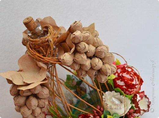 """Закончился прием работ в ОСЕННЮЮ ИГРУ в свите, объявленную здесь http://stranamasterov.ru/node/1045629. Представляю вашему вниманию работу, присланные в 1-ю тему. Оформление кофе, чая, бутылки, коробки конфет, подарочных наборов, полотенец, сувениров и любых других подарков с использованием винограда. Виноград может быть выполнен из конфет, из конфетных цветов и пр. Принимаются в игру работы с использованием декоративного винограда. Но в этом случае - декоративный виноград должен играть важную и/или заметную роль. Т.е. убрав его - работа потеряет оригинальность, изюминку, смысл, важный элемент и т.д.   Работа №1. Романтический пикник   Вот только представьте себе: вы идете по узкой тропке вдоль могучих старых деревьев, среди высоких шелковистых трав, которые мерно раскачиваясь от каждого дуновения легкого ветерка, приятно щекочут ваши ноги. Травы усеяны яркими радужными точками цветущих полевых цветов, а вокруг них – жужжат шмели в изящных черно-желтых меховых куртках. И бабочки порхают в поисках сладкой пыльцы… И рядом с вами идет любовь всей вашей жизни. А вместе вы ищете место для романтического, ошеломляющего, удаленного и уединенного, удивительного пикника только для двоих. Вы идете, рука об руку к романтическому лугу, посреди которого растет одинокое дерево с густыми, широкими, тенистыми ветвями. Это место – совершенно идеально для настоящего романтического пикника, щедро сдобренного вашей искренней любовью.  Состав материалов: картон, ткань х\б, сухие ветки ивы, гофробумага, тесьма, декоративный м-л, проволка. Состав конфет: """"Шарлет"""" 500гр, """"Марсианка"""" 6шт, """"Вулкан"""" 3шт.  фото 5"""