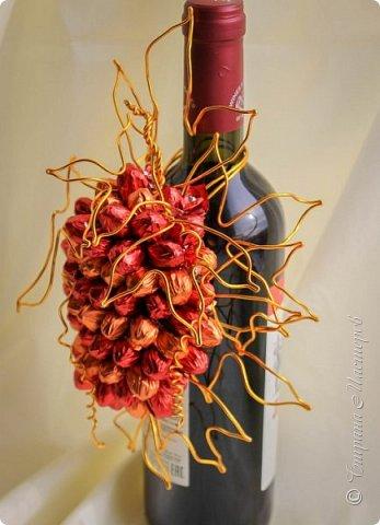 """Закончился прием работ в ОСЕННЮЮ ИГРУ в свите, объявленную здесь http://stranamasterov.ru/node/1045629. Представляю вашему вниманию работу, присланные в 1-ю тему. Оформление кофе, чая, бутылки, коробки конфет, подарочных наборов, полотенец, сувениров и любых других подарков с использованием винограда. Виноград может быть выполнен из конфет, из конфетных цветов и пр. Принимаются в игру работы с использованием декоративного винограда. Но в этом случае - декоративный виноград должен играть важную и/или заметную роль. Т.е. убрав его - работа потеряет оригинальность, изюминку, смысл, важный элемент и т.д.   Работа №1. Романтический пикник   Вот только представьте себе: вы идете по узкой тропке вдоль могучих старых деревьев, среди высоких шелковистых трав, которые мерно раскачиваясь от каждого дуновения легкого ветерка, приятно щекочут ваши ноги. Травы усеяны яркими радужными точками цветущих полевых цветов, а вокруг них – жужжат шмели в изящных черно-желтых меховых куртках. И бабочки порхают в поисках сладкой пыльцы… И рядом с вами идет любовь всей вашей жизни. А вместе вы ищете место для романтического, ошеломляющего, удаленного и уединенного, удивительного пикника только для двоих. Вы идете, рука об руку к романтическому лугу, посреди которого растет одинокое дерево с густыми, широкими, тенистыми ветвями. Это место – совершенно идеально для настоящего романтического пикника, щедро сдобренного вашей искренней любовью.  Состав материалов: картон, ткань х\б, сухие ветки ивы, гофробумага, тесьма, декоративный м-л, проволка. Состав конфет: """"Шарлет"""" 500гр, """"Марсианка"""" 6шт, """"Вулкан"""" 3шт.  фото 22"""