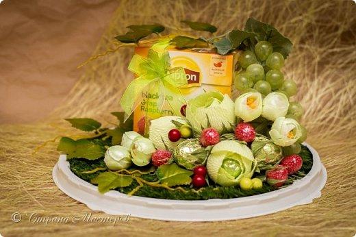 """Закончился прием работ в ОСЕННЮЮ ИГРУ в свите, объявленную здесь http://stranamasterov.ru/node/1045629. Представляю вашему вниманию работу, присланные в 1-ю тему. Оформление кофе, чая, бутылки, коробки конфет, подарочных наборов, полотенец, сувениров и любых других подарков с использованием винограда. Виноград может быть выполнен из конфет, из конфетных цветов и пр. Принимаются в игру работы с использованием декоративного винограда. Но в этом случае - декоративный виноград должен играть важную и/или заметную роль. Т.е. убрав его - работа потеряет оригинальность, изюминку, смысл, важный элемент и т.д.   Работа №1. Романтический пикник   Вот только представьте себе: вы идете по узкой тропке вдоль могучих старых деревьев, среди высоких шелковистых трав, которые мерно раскачиваясь от каждого дуновения легкого ветерка, приятно щекочут ваши ноги. Травы усеяны яркими радужными точками цветущих полевых цветов, а вокруг них – жужжат шмели в изящных черно-желтых меховых куртках. И бабочки порхают в поисках сладкой пыльцы… И рядом с вами идет любовь всей вашей жизни. А вместе вы ищете место для романтического, ошеломляющего, удаленного и уединенного, удивительного пикника только для двоих. Вы идете, рука об руку к романтическому лугу, посреди которого растет одинокое дерево с густыми, широкими, тенистыми ветвями. Это место – совершенно идеально для настоящего романтического пикника, щедро сдобренного вашей искренней любовью.  Состав материалов: картон, ткань х\б, сухие ветки ивы, гофробумага, тесьма, декоративный м-л, проволка. Состав конфет: """"Шарлет"""" 500гр, """"Марсианка"""" 6шт, """"Вулкан"""" 3шт.  фото 39"""