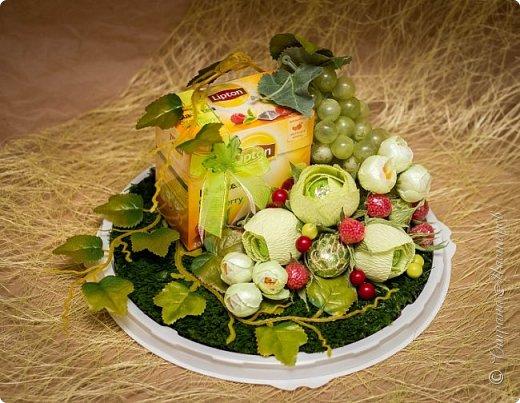 """Закончился прием работ в ОСЕННЮЮ ИГРУ в свите, объявленную здесь http://stranamasterov.ru/node/1045629. Представляю вашему вниманию работу, присланные в 1-ю тему. Оформление кофе, чая, бутылки, коробки конфет, подарочных наборов, полотенец, сувениров и любых других подарков с использованием винограда. Виноград может быть выполнен из конфет, из конфетных цветов и пр. Принимаются в игру работы с использованием декоративного винограда. Но в этом случае - декоративный виноград должен играть важную и/или заметную роль. Т.е. убрав его - работа потеряет оригинальность, изюминку, смысл, важный элемент и т.д.   Работа №1. Романтический пикник   Вот только представьте себе: вы идете по узкой тропке вдоль могучих старых деревьев, среди высоких шелковистых трав, которые мерно раскачиваясь от каждого дуновения легкого ветерка, приятно щекочут ваши ноги. Травы усеяны яркими радужными точками цветущих полевых цветов, а вокруг них – жужжат шмели в изящных черно-желтых меховых куртках. И бабочки порхают в поисках сладкой пыльцы… И рядом с вами идет любовь всей вашей жизни. А вместе вы ищете место для романтического, ошеломляющего, удаленного и уединенного, удивительного пикника только для двоих. Вы идете, рука об руку к романтическому лугу, посреди которого растет одинокое дерево с густыми, широкими, тенистыми ветвями. Это место – совершенно идеально для настоящего романтического пикника, щедро сдобренного вашей искренней любовью.  Состав материалов: картон, ткань х\б, сухие ветки ивы, гофробумага, тесьма, декоративный м-л, проволка. Состав конфет: """"Шарлет"""" 500гр, """"Марсианка"""" 6шт, """"Вулкан"""" 3шт.  фото 40"""