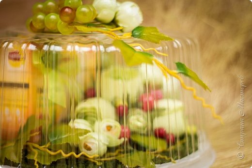 """Закончился прием работ в ОСЕННЮЮ ИГРУ в свите, объявленную здесь http://stranamasterov.ru/node/1045629. Представляю вашему вниманию работу, присланные в 1-ю тему. Оформление кофе, чая, бутылки, коробки конфет, подарочных наборов, полотенец, сувениров и любых других подарков с использованием винограда. Виноград может быть выполнен из конфет, из конфетных цветов и пр. Принимаются в игру работы с использованием декоративного винограда. Но в этом случае - декоративный виноград должен играть важную и/или заметную роль. Т.е. убрав его - работа потеряет оригинальность, изюминку, смысл, важный элемент и т.д.   Работа №1. Романтический пикник   Вот только представьте себе: вы идете по узкой тропке вдоль могучих старых деревьев, среди высоких шелковистых трав, которые мерно раскачиваясь от каждого дуновения легкого ветерка, приятно щекочут ваши ноги. Травы усеяны яркими радужными точками цветущих полевых цветов, а вокруг них – жужжат шмели в изящных черно-желтых меховых куртках. И бабочки порхают в поисках сладкой пыльцы… И рядом с вами идет любовь всей вашей жизни. А вместе вы ищете место для романтического, ошеломляющего, удаленного и уединенного, удивительного пикника только для двоих. Вы идете, рука об руку к романтическому лугу, посреди которого растет одинокое дерево с густыми, широкими, тенистыми ветвями. Это место – совершенно идеально для настоящего романтического пикника, щедро сдобренного вашей искренней любовью.  Состав материалов: картон, ткань х\б, сухие ветки ивы, гофробумага, тесьма, декоративный м-л, проволка. Состав конфет: """"Шарлет"""" 500гр, """"Марсианка"""" 6шт, """"Вулкан"""" 3шт.  фото 42"""