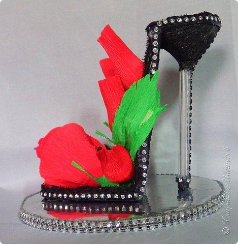 """Тема №3. В игру принимались одна или пара сладкой обуви. Количество конфет на одной туфельке от 1 до 5 шт. Туфелька может быть сама по себе, на подставке, в комплекте, на торте и т.д.   Работа №1.  """"Леди Строгость""""   Осень - прекрасное время года, но и начало учебного года! Думаю, вам понравиться вот такая туфелька - леди """"Строгость"""" в преддверии праздника """"День учителя"""".    Меня учили многие – И добрые и строгие; А строгих не любил. Меня учили многие, А выучили строгие И вышло, что в итоге Я Всех добрых позабыл. И памятью представлены Лишь хмурые наставники ( глаза холодноватые и редкие черты). Светло и прямо жившие, Сурово мне внушившие законы доброты! (Законы доброты, Марк Вейдман)  Конфеты: """"Марсианка""""- 6 шт. в хризантемах, 9 шт. """"чаевые"""" в коробке, 20 шт. чая """"TESS"""".   фото 22"""