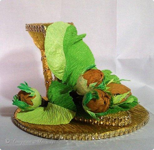 """Тема №3. В игру принимались одна или пара сладкой обуви. Количество конфет на одной туфельке от 1 до 5 шт. Туфелька может быть сама по себе, на подставке, в комплекте, на торте и т.д.   Работа №1.  """"Леди Строгость""""   Осень - прекрасное время года, но и начало учебного года! Думаю, вам понравиться вот такая туфелька - леди """"Строгость"""" в преддверии праздника """"День учителя"""".    Меня учили многие – И добрые и строгие; А строгих не любил. Меня учили многие, А выучили строгие И вышло, что в итоге Я Всех добрых позабыл. И памятью представлены Лишь хмурые наставники ( глаза холодноватые и редкие черты). Светло и прямо жившие, Сурово мне внушившие законы доброты! (Законы доброты, Марк Вейдман)  Конфеты: """"Марсианка""""- 6 шт. в хризантемах, 9 шт. """"чаевые"""" в коробке, 20 шт. чая """"TESS"""".   фото 24"""