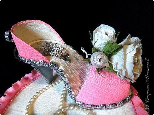 """Тема №3. В игру принимались одна или пара сладкой обуви. Количество конфет на одной туфельке от 1 до 5 шт. Туфелька может быть сама по себе, на подставке, в комплекте, на торте и т.д.   Работа №1.  """"Леди Строгость""""   Осень - прекрасное время года, но и начало учебного года! Думаю, вам понравиться вот такая туфелька - леди """"Строгость"""" в преддверии праздника """"День учителя"""".    Меня учили многие – И добрые и строгие; А строгих не любил. Меня учили многие, А выучили строгие И вышло, что в итоге Я Всех добрых позабыл. И памятью представлены Лишь хмурые наставники ( глаза холодноватые и редкие черты). Светло и прямо жившие, Сурово мне внушившие законы доброты! (Законы доброты, Марк Вейдман)  Конфеты: """"Марсианка""""- 6 шт. в хризантемах, 9 шт. """"чаевые"""" в коробке, 20 шт. чая """"TESS"""".   фото 17"""