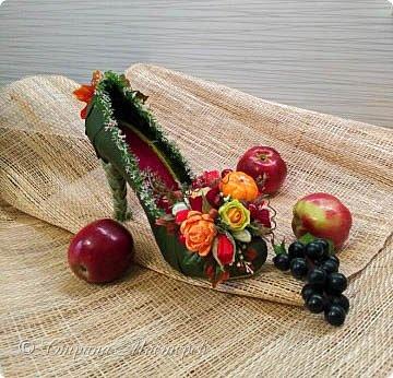 """Тема №3. В игру принимались одна или пара сладкой обуви. Количество конфет на одной туфельке от 1 до 5 шт. Туфелька может быть сама по себе, на подставке, в комплекте, на торте и т.д.   Работа №1.  """"Леди Строгость""""   Осень - прекрасное время года, но и начало учебного года! Думаю, вам понравиться вот такая туфелька - леди """"Строгость"""" в преддверии праздника """"День учителя"""".    Меня учили многие – И добрые и строгие; А строгих не любил. Меня учили многие, А выучили строгие И вышло, что в итоге Я Всех добрых позабыл. И памятью представлены Лишь хмурые наставники ( глаза холодноватые и редкие черты). Светло и прямо жившие, Сурово мне внушившие законы доброты! (Законы доброты, Марк Вейдман)  Конфеты: """"Марсианка""""- 6 шт. в хризантемах, 9 шт. """"чаевые"""" в коробке, 20 шт. чая """"TESS"""".   фото 31"""