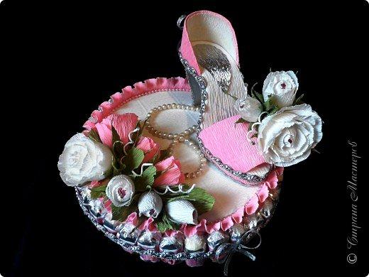 """Тема №3. В игру принимались одна или пара сладкой обуви. Количество конфет на одной туфельке от 1 до 5 шт. Туфелька может быть сама по себе, на подставке, в комплекте, на торте и т.д.   Работа №1.  """"Леди Строгость""""   Осень - прекрасное время года, но и начало учебного года! Думаю, вам понравиться вот такая туфелька - леди """"Строгость"""" в преддверии праздника """"День учителя"""".    Меня учили многие – И добрые и строгие; А строгих не любил. Меня учили многие, А выучили строгие И вышло, что в итоге Я Всех добрых позабыл. И памятью представлены Лишь хмурые наставники ( глаза холодноватые и редкие черты). Светло и прямо жившие, Сурово мне внушившие законы доброты! (Законы доброты, Марк Вейдман)  Конфеты: """"Марсианка""""- 6 шт. в хризантемах, 9 шт. """"чаевые"""" в коробке, 20 шт. чая """"TESS"""".   фото 16"""