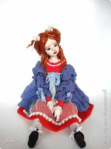 Жила-была девочка и звали ее Веснушка. Только никто об этом не знал. Она каждое утро сидела у окошка и ждала, когда лучи солнца коснутся ее озорного носика.  фото 1