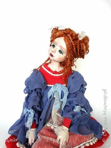 Жила-была девочка и звали ее Веснушка. Только никто об этом не знал. Она каждое утро сидела у окошка и ждала, когда лучи солнца коснутся ее озорного носика.  фото 4