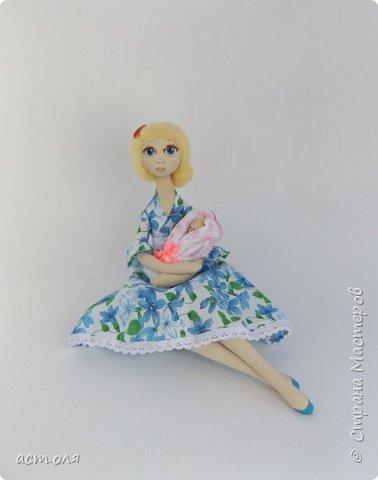 я для этой куколки очень долго не могла найти образ,то она не хотела быть в другом платье или с цветочками.Тётя увидев мою куклу сказала,что она похожа на мамочку...и тут у неё в ручках появился малыш. Вот так куколка стала мамой. фото 1