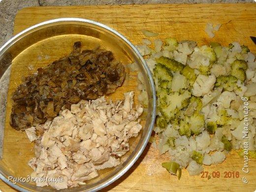 Всем добрый вечер. Этот салат родился совершенно спонтанно, как всегда у меня это бываем, из того, что нашла в холодильнике. От вчерашнего ужина осталось немного отварной брокколи и цветной капусты, сегодня варила бульон для щей, оказалось, что куриной грудки лишковато, она и пошла в салат из морозилки достала грибочки и пожарила с луком. Короче всё произвольно: отварная брокколи  куриная грудка жаренные грибы с луком всё заправить домашним майонезом посыпала петрушкой.  фото 2