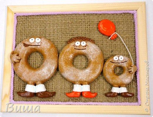 Всем доброго времени суток! Решила поделиться очередными своими творилками из солёного теста. Это пончики, по крайней мере задумывались как таковые. Сделаны были на заказ для самой старой и знаменитой после серии репортажей по ТВ пончиковой Москвы в Останкино. Лепилось ко дню города. Очень спешилось, поэтому не качественно сфотографировалось. Это семья. Причёска у мамы пончик из отдельных малюсеньких шариков теста :) фото 1