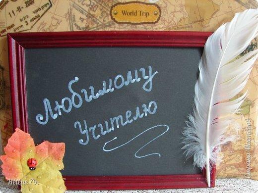Здравствуйте, дорогие соседи по Стране!  Сделала небольшие сувенирчики  для Ярмарки Приюта. Универсальная подпись для праздников ( День Учителя, 1 сентября и др)  Листочек с капельками из геля и полубусинами, фигурка лебедя и муз. инструмент-ёлочная игрушка. фото 2