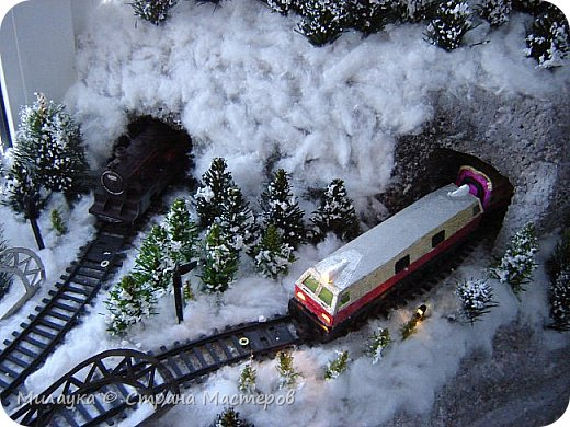"""У многих из нас Новый год ассоциируется со сказкой. Ожидание праздника, волшебства, снежных хлопьев, уюта, и чего-то сказочно-интересного.  Почему-то так сложилось, что игрушечная железная дорога - самый яркий образ новогоднего настроения. Так, насмотревшись мультфильм """"Полярный экспресс"""" мы решили соорудить нечто подобное дома на подоконнике)))  фото 10"""