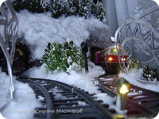 """У многих из нас Новый год ассоциируется со сказкой. Ожидание праздника, волшебства, снежных хлопьев, уюта, и чего-то сказочно-интересного.  Почему-то так сложилось, что игрушечная железная дорога - самый яркий образ новогоднего настроения. Так, насмотревшись мультфильм """"Полярный экспресс"""" мы решили соорудить нечто подобное дома на подоконнике)))  фото 11"""