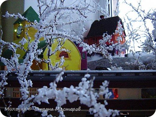 """У многих из нас Новый год ассоциируется со сказкой. Ожидание праздника, волшебства, снежных хлопьев, уюта, и чего-то сказочно-интересного.  Почему-то так сложилось, что игрушечная железная дорога - самый яркий образ новогоднего настроения. Так, насмотревшись мультфильм """"Полярный экспресс"""" мы решили соорудить нечто подобное дома на подоконнике)))  фото 13"""
