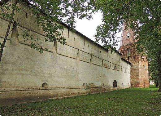Южная стена (1640-е гг.) Москва улица Восточная 4 Симонов монастырь был одним из монастырей-сторожей, выполнявших защитную функцию на южных границах Москвы. Это был самый укрепленный из всех монастырей. Не один раз стены обители выдерживали натиск вражеских войск, идущих на Москву, а в период Великой Смуты был практически стёрт с лица земли.Из сохранившихся башен особенно выделяется угловая башня «Дуло», увенчанная высоким шатром с двухъярусной дозорной башенкой. Две другие уцелевшие башни — пятигранная «Кузнечная» и круглая «Солевая» — построены в 1640-е годы, когда велась перестройка оборонительных сооружений монастыря, пострадавших в Смутное время. фото 1
