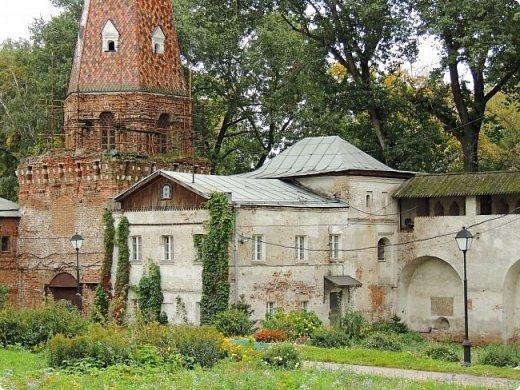 Южная стена (1640-е гг.) Москва улица Восточная 4 Симонов монастырь был одним из монастырей-сторожей, выполнявших защитную функцию на южных границах Москвы. Это был самый укрепленный из всех монастырей. Не один раз стены обители выдерживали натиск вражеских войск, идущих на Москву, а в период Великой Смуты был практически стёрт с лица земли.Из сохранившихся башен особенно выделяется угловая башня «Дуло», увенчанная высоким шатром с двухъярусной дозорной башенкой. Две другие уцелевшие башни — пятигранная «Кузнечная» и круглая «Солевая» — построены в 1640-е годы, когда велась перестройка оборонительных сооружений монастыря, пострадавших в Смутное время. фото 11