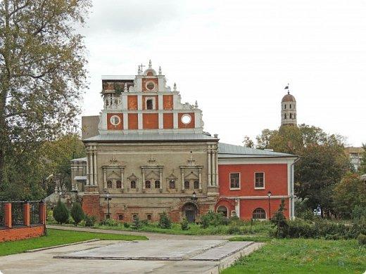 Южная стена (1640-е гг.) Москва улица Восточная 4 Симонов монастырь был одним из монастырей-сторожей, выполнявших защитную функцию на южных границах Москвы. Это был самый укрепленный из всех монастырей. Не один раз стены обители выдерживали натиск вражеских войск, идущих на Москву, а в период Великой Смуты был практически стёрт с лица земли.Из сохранившихся башен особенно выделяется угловая башня «Дуло», увенчанная высоким шатром с двухъярусной дозорной башенкой. Две другие уцелевшие башни — пятигранная «Кузнечная» и круглая «Солевая» — построены в 1640-е годы, когда велась перестройка оборонительных сооружений монастыря, пострадавших в Смутное время. фото 7