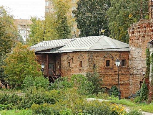 Южная стена (1640-е гг.) Москва улица Восточная 4 Симонов монастырь был одним из монастырей-сторожей, выполнявших защитную функцию на южных границах Москвы. Это был самый укрепленный из всех монастырей. Не один раз стены обители выдерживали натиск вражеских войск, идущих на Москву, а в период Великой Смуты был практически стёрт с лица земли.Из сохранившихся башен особенно выделяется угловая башня «Дуло», увенчанная высоким шатром с двухъярусной дозорной башенкой. Две другие уцелевшие башни — пятигранная «Кузнечная» и круглая «Солевая» — построены в 1640-е годы, когда велась перестройка оборонительных сооружений монастыря, пострадавших в Смутное время. фото 5