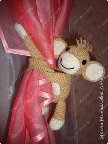 обезьянка может служить как игрушкой ,так и держателем для штор.. фото 2
