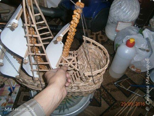 Здравствуйте! Мои друзья, хочу поделится с вами моим плетением. Первый раз попробовала сплести парусник из газетных трубочек. Строго не судите. фото 2