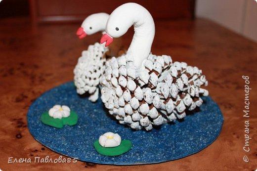 Осенние лебеди из шишек фото 1