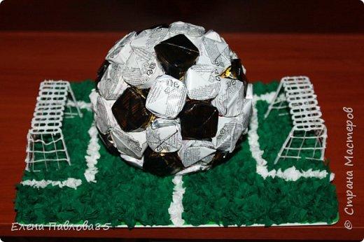 Первый раз попробовала себя в технике свит-дизайн. Мастерила подарок мальчику который играет в футбол.