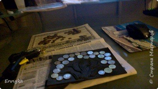 и снова новая для меня техника -   оформила  денежное деревце для подруги в подарок на день рождения.  основа - обычная самая  недорогая  рамка  формата А4.    нанесла салй=фетки на основу клеем ПВА  чуть чуть   складок. просушила.  черной эмалью  из  баллончика  закрасила. просушила.   форму деревца  прикинула карандашом.   салфетки скрутила  в жгутики  с  клеем ПВА приклеила к основе.  снова  краска черная.    монетки на клей  силиконовый (пистолетом)   снова   черная краска в два слоя.   и   сухой   губкой  по  чуть чуть серебряной акриловой краской (ГЛАВНОЕ НЕ ТОРОПИТЬСЯ!)  в несколько  слоев.. с просушкой.   закрепляю  лаком  универсальным матовым из баллончика.  фото 3
