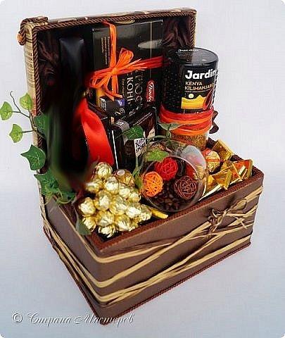 """Закончился прием работ в ОСЕННЮЮ ИГРУ в свите, объявленную здесь http://stranamasterov.ru/node/1045629. Представляю вашему вниманию работу, присланные в 1-ю тему. Оформление кофе, чая, бутылки, коробки конфет, подарочных наборов, полотенец, сувениров и любых других подарков с использованием винограда. Виноград может быть выполнен из конфет, из конфетных цветов и пр. Принимаются в игру работы с использованием декоративного винограда. Но в этом случае - декоративный виноград должен играть важную и/или заметную роль. Т.е. убрав его - работа потеряет оригинальность, изюминку, смысл, важный элемент и т.д.   Работа №1. Романтический пикник   Вот только представьте себе: вы идете по узкой тропке вдоль могучих старых деревьев, среди высоких шелковистых трав, которые мерно раскачиваясь от каждого дуновения легкого ветерка, приятно щекочут ваши ноги. Травы усеяны яркими радужными точками цветущих полевых цветов, а вокруг них – жужжат шмели в изящных черно-желтых меховых куртках. И бабочки порхают в поисках сладкой пыльцы… И рядом с вами идет любовь всей вашей жизни. А вместе вы ищете место для романтического, ошеломляющего, удаленного и уединенного, удивительного пикника только для двоих. Вы идете, рука об руку к романтическому лугу, посреди которого растет одинокое дерево с густыми, широкими, тенистыми ветвями. Это место – совершенно идеально для настоящего романтического пикника, щедро сдобренного вашей искренней любовью.  Состав материалов: картон, ткань х\б, сухие ветки ивы, гофробумага, тесьма, декоративный м-л, проволка. Состав конфет: """"Шарлет"""" 500гр, """"Марсианка"""" 6шт, """"Вулкан"""" 3шт.  фото 11"""