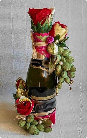 """Закончился прием работ в ОСЕННЮЮ ИГРУ в свите, объявленную здесь http://stranamasterov.ru/node/1045629. Представляю вашему вниманию работу, присланные в 1-ю тему. Оформление кофе, чая, бутылки, коробки конфет, подарочных наборов, полотенец, сувениров и любых других подарков с использованием винограда. Виноград может быть выполнен из конфет, из конфетных цветов и пр. Принимаются в игру работы с использованием декоративного винограда. Но в этом случае - декоративный виноград должен играть важную и/или заметную роль. Т.е. убрав его - работа потеряет оригинальность, изюминку, смысл, важный элемент и т.д.   Работа №1. Романтический пикник   Вот только представьте себе: вы идете по узкой тропке вдоль могучих старых деревьев, среди высоких шелковистых трав, которые мерно раскачиваясь от каждого дуновения легкого ветерка, приятно щекочут ваши ноги. Травы усеяны яркими радужными точками цветущих полевых цветов, а вокруг них – жужжат шмели в изящных черно-желтых меховых куртках. И бабочки порхают в поисках сладкой пыльцы… И рядом с вами идет любовь всей вашей жизни. А вместе вы ищете место для романтического, ошеломляющего, удаленного и уединенного, удивительного пикника только для двоих. Вы идете, рука об руку к романтическому лугу, посреди которого растет одинокое дерево с густыми, широкими, тенистыми ветвями. Это место – совершенно идеально для настоящего романтического пикника, щедро сдобренного вашей искренней любовью.  Состав материалов: картон, ткань х\б, сухие ветки ивы, гофробумага, тесьма, декоративный м-л, проволка. Состав конфет: """"Шарлет"""" 500гр, """"Марсианка"""" 6шт, """"Вулкан"""" 3шт.  фото 30"""