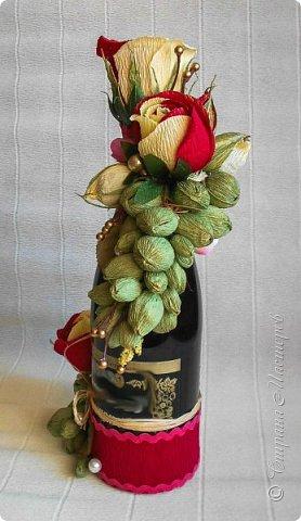 """Закончился прием работ в ОСЕННЮЮ ИГРУ в свите, объявленную здесь http://stranamasterov.ru/node/1045629. Представляю вашему вниманию работу, присланные в 1-ю тему. Оформление кофе, чая, бутылки, коробки конфет, подарочных наборов, полотенец, сувениров и любых других подарков с использованием винограда. Виноград может быть выполнен из конфет, из конфетных цветов и пр. Принимаются в игру работы с использованием декоративного винограда. Но в этом случае - декоративный виноград должен играть важную и/или заметную роль. Т.е. убрав его - работа потеряет оригинальность, изюминку, смысл, важный элемент и т.д.   Работа №1. Романтический пикник   Вот только представьте себе: вы идете по узкой тропке вдоль могучих старых деревьев, среди высоких шелковистых трав, которые мерно раскачиваясь от каждого дуновения легкого ветерка, приятно щекочут ваши ноги. Травы усеяны яркими радужными точками цветущих полевых цветов, а вокруг них – жужжат шмели в изящных черно-желтых меховых куртках. И бабочки порхают в поисках сладкой пыльцы… И рядом с вами идет любовь всей вашей жизни. А вместе вы ищете место для романтического, ошеломляющего, удаленного и уединенного, удивительного пикника только для двоих. Вы идете, рука об руку к романтическому лугу, посреди которого растет одинокое дерево с густыми, широкими, тенистыми ветвями. Это место – совершенно идеально для настоящего романтического пикника, щедро сдобренного вашей искренней любовью.  Состав материалов: картон, ткань х\б, сухие ветки ивы, гофробумага, тесьма, декоративный м-л, проволка. Состав конфет: """"Шарлет"""" 500гр, """"Марсианка"""" 6шт, """"Вулкан"""" 3шт.  фото 31"""