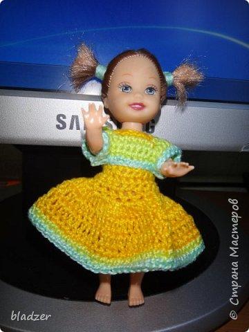 Нашла я в интернете мастер-класс Оксаны Лифенко. https://vk.com/kasatkadolls. И понеслось... Эта куколка - уже четвертая, которую я обвязала по этому мастер-классу. Зовут ее Ксюша (как мою дочку), и это любимая кукла моего детства. Она меньше, чем те лапушки, под которых дан расчет столбиков, поэтому платьице пришлось уменьшать. И мне очень нравятся нитки. Я давно хотела под них подобрать схему - и вот, наконец, нашла) фото 9