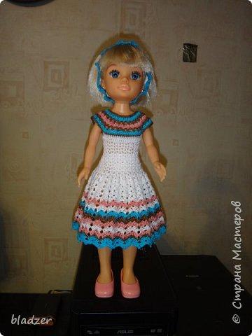 Нашла я в интернете мастер-класс Оксаны Лифенко. https://vk.com/kasatkadolls. И понеслось... Эта куколка - уже четвертая, которую я обвязала по этому мастер-классу. Зовут ее Ксюша (как мою дочку), и это любимая кукла моего детства. Она меньше, чем те лапушки, под которых дан расчет столбиков, поэтому платьице пришлось уменьшать. И мне очень нравятся нитки. Я давно хотела под них подобрать схему - и вот, наконец, нашла) фото 5