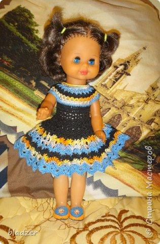 Нашла я в интернете мастер-класс Оксаны Лифенко. https://vk.com/kasatkadolls. И понеслось... Эта куколка - уже четвертая, которую я обвязала по этому мастер-классу. Зовут ее Ксюша (как мою дочку), и это любимая кукла моего детства. Она меньше, чем те лапушки, под которых дан расчет столбиков, поэтому платьице пришлось уменьшать. И мне очень нравятся нитки. Я давно хотела под них подобрать схему - и вот, наконец, нашла) фото 1