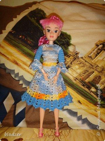 Нашла я в интернете мастер-класс Оксаны Лифенко. https://vk.com/kasatkadolls. И понеслось... Эта куколка - уже четвертая, которую я обвязала по этому мастер-классу. Зовут ее Ксюша (как мою дочку), и это любимая кукла моего детства. Она меньше, чем те лапушки, под которых дан расчет столбиков, поэтому платьице пришлось уменьшать. И мне очень нравятся нитки. Я давно хотела под них подобрать схему - и вот, наконец, нашла) фото 6