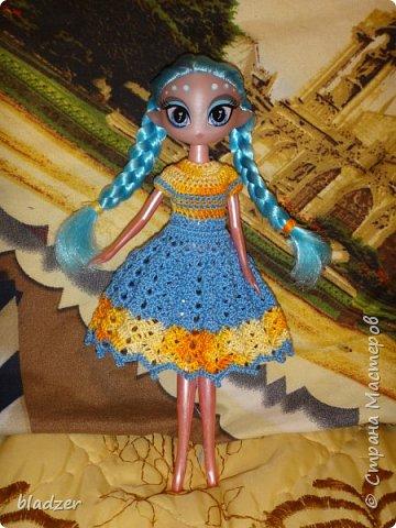 Нашла я в интернете мастер-класс Оксаны Лифенко. https://vk.com/kasatkadolls. И понеслось... Эта куколка - уже четвертая, которую я обвязала по этому мастер-классу. Зовут ее Ксюша (как мою дочку), и это любимая кукла моего детства. Она меньше, чем те лапушки, под которых дан расчет столбиков, поэтому платьице пришлось уменьшать. И мне очень нравятся нитки. Я давно хотела под них подобрать схему - и вот, наконец, нашла) фото 8