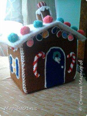 Хоть до нового года еще и далеко, но пребывая в хорошем настроении решила связать волшебный домик. Сделала его таким образом, чтобы крышу можно было снять и положить в домик конфеты, мандаринки и небольшие подарочки. Вот что у меня получилось. фото 2