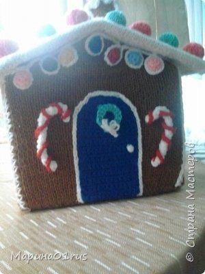 Хоть до нового года еще и далеко, но пребывая в хорошем настроении решила связать волшебный домик. Сделала его таким образом, чтобы крышу можно было снять и положить в домик конфеты, мандаринки и небольшие подарочки. Вот что у меня получилось. фото 3